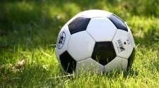 ballon de football dans l'herbe