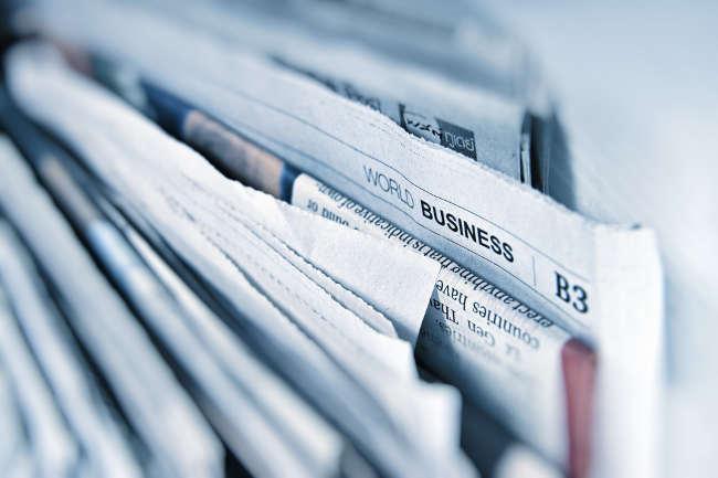 Une pile de journaux amassé en vue de la revue de presse.
